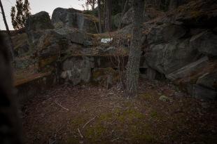 ...på berget finns spår av närförsvar..